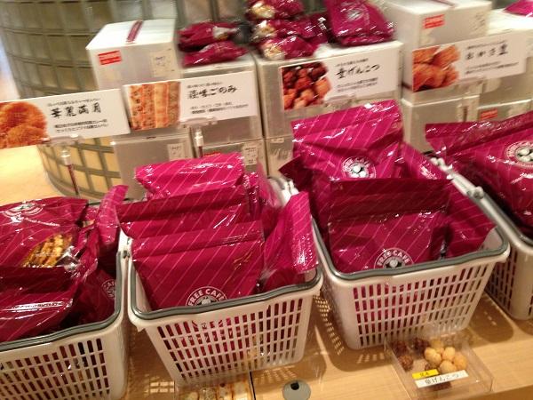 播磨屋のおかきとせんべいが売られている様子