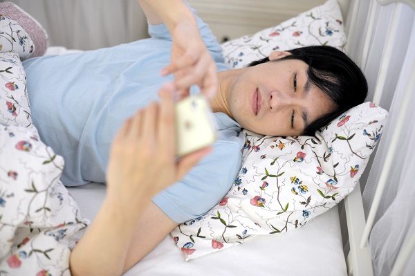 スマホを寝る前に見る人