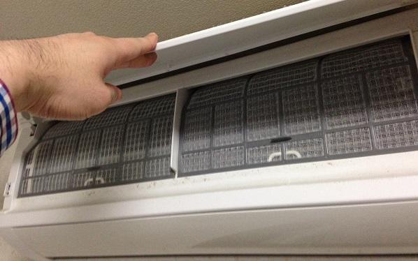 エアコンのフィルターを掃除する