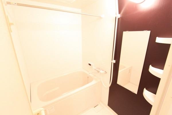 お風呂場にスーツを吊るす