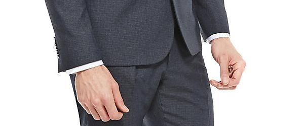 スーツの袖から1cmシャツが見える