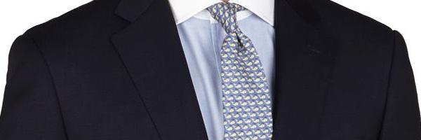 濃いめの色のスーツなら薄めの淡いネクタイ