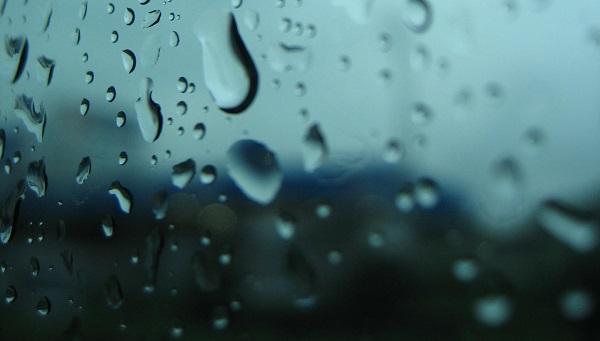 雨の日にスーツにブーツ