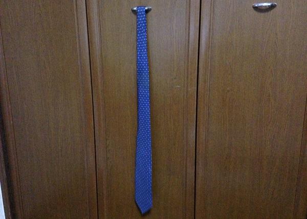 ネクタイの湿り気をとるために1本だけ吊るす
