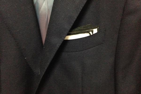 縁がカラーパイピングされた麻のポケットチーフ