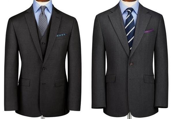 チャコールグレーのスーツに薄いブルーシャツを合わせた着こなし