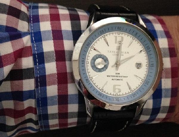 シャツのカフス部分に時計を巻く